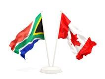 Deux drapeaux de ondulation de l'Afrique du Sud et du Canada d'isolement sur le blanc illustration de vecteur