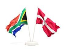 Deux drapeaux de ondulation de l'Afrique du Sud et du Danemark d'isolement sur le blanc illustration de vecteur