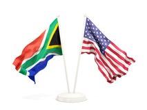 Deux drapeaux de ondulation de l'Afrique du Sud et des Etats-Unis d'isolement sur le blanc illustration de vecteur