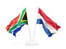 Deux drapeaux de ondulation de l'Afrique du Sud et des Hollandes d'isolement sur le blanc illustration stock
