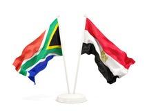 Deux drapeaux de ondulation de l'Afrique du Sud et de l'Egypte d'isolement sur le blanc illustration stock