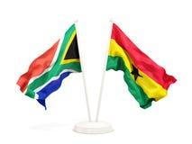 Deux drapeaux de ondulation de l'Afrique du Sud et du Ghana d'isolement sur le blanc illustration libre de droits