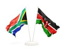 Deux drapeaux de ondulation de l'Afrique du Sud et du Kenya d'isolement sur le blanc illustration stock