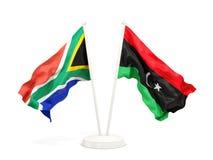 Deux drapeaux de ondulation de l'Afrique du Sud et de la Libye d'isolement sur le blanc illustration libre de droits