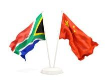 Deux drapeaux de ondulation de l'Afrique du Sud et de la porcelaine d'isolement sur le blanc illustration de vecteur