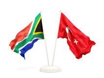 Deux drapeaux de ondulation de l'Afrique du Sud et de la Turquie d'isolement sur le blanc illustration stock
