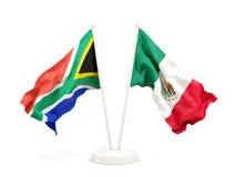 Deux drapeaux de ondulation de l'Afrique du Sud et du Mexique d'isolement sur le blanc illustration de vecteur