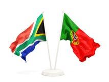 Deux drapeaux de ondulation de l'Afrique du Sud et du Portugal d'isolement sur le blanc illustration de vecteur