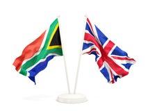 Deux drapeaux de ondulation de l'Afrique du Sud et du R-U d'isolement sur le blanc illustration libre de droits