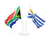 Deux drapeaux de ondulation de l'Afrique du Sud et de l'Uruguay d'isolement sur le blanc illustration stock