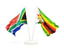 Deux drapeaux de ondulation de l'Afrique du Sud et du Zimbabwe d'isolement sur le blanc illustration stock