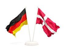Deux drapeaux de ondulation de l'Allemagne et du Danemark d'isolement sur le blanc illustration libre de droits