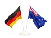 Deux drapeaux de ondulation de l'Allemagne et de la Nouvelle Zélande d'isolement sur le blanc illustration libre de droits
