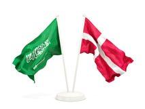 Deux drapeaux de ondulation de l'Arabie Saoudite et du Danemark d'isolement sur le blanc illustration stock