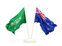 Deux drapeaux de ondulation de l'Arabie Saoudite et de la Nouvelle Z?lande d'isolement sur le blanc illustration de vecteur