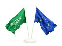 Deux drapeaux de ondulation de l'Arabie Saoudite et de l'UE d'isolement sur le blanc illustration de vecteur
