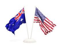 Deux drapeaux de ondulation de l'Australie et des Etats-Unis d'isolement sur le blanc illustration stock