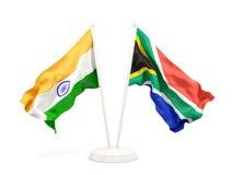 Deux drapeaux de ondulation de l'Inde et de l'Afrique du Sud d'isolement sur le blanc illustration libre de droits