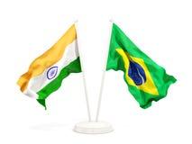 Deux drapeaux de ondulation de l'Inde et du Brésil d'isolement sur le blanc illustration libre de droits