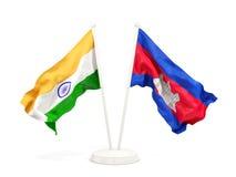Deux drapeaux de ondulation de l'Inde et du Cambodge d'isolement sur le blanc illustration stock