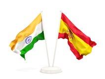 Deux drapeaux de ondulation de l'Inde et de l'Espagne d'isolement sur le blanc illustration stock