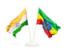 Deux drapeaux de ondulation de l'Inde et de l'Ethiopie d'isolement sur le blanc illustration de vecteur