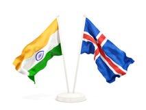 Deux drapeaux de ondulation de l'Inde et de l'Islande d'isolement sur le blanc illustration de vecteur