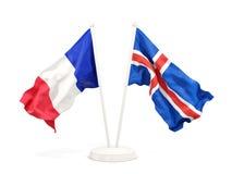 Deux drapeaux de ondulation de la France et de l'Islande d'isolement sur le blanc illustration libre de droits