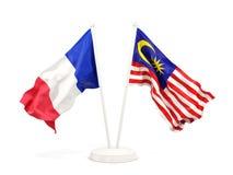 Deux drapeaux de ondulation de la France et de la Malaisie d'isolement sur le blanc illustration libre de droits