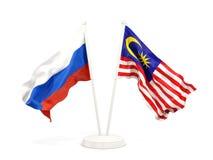 Deux drapeaux de ondulation de la Russie et de la Malaisie d'isolement sur le blanc illustration stock