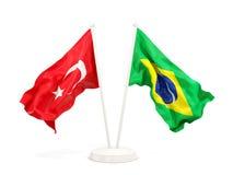Deux drapeaux de ondulation de la Turquie et du Br?sil d'isolement sur le blanc illustration libre de droits