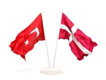 Deux drapeaux de ondulation de la Turquie et du Danemark d'isolement sur le blanc illustration libre de droits