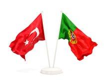 Deux drapeaux de ondulation de la Turquie et du Portugal d'isolement sur le blanc illustration stock