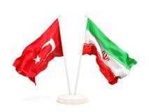 Deux drapeaux de ondulation de la Turquie et de l'Iran d'isolement sur le blanc illustration libre de droits