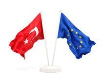 Deux drapeaux de ondulation de la Turquie et de l'UE d'isolement sur le blanc illustration libre de droits