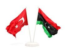 Deux drapeaux de ondulation de la Turquie et de la Libye d'isolement sur le blanc illustration stock