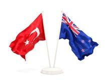 Deux drapeaux de ondulation de la Turquie et de la Nouvelle Z?lande d'isolement sur le blanc illustration de vecteur
