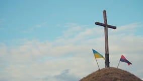 Deux drapeaux ukrainiens banque de vidéos