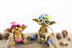 Deux elfes s'asseyant sur un bois photo stock