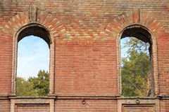 Deux embrasures traversants de fenêtre dans le vieux mur de briques d'une maison antique Images libres de droits