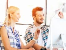 Deux employés de bureau au bureau avec les avions de papier Image libre de droits