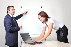 Deux employés de bureau - présentation images stock
