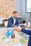 Deux employés de bureau se serrent la main les uns avec les autres inside Images stock