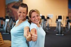 Deux employés réussis en gymnastique Photographie stock libre de droits