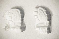 Deux empreintes de pas dans la neige Image stock