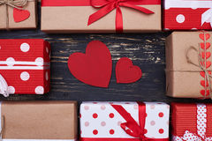 Deux en forme de coeur de carte de voeux entourés par des boîte-cadeau Image libre de droits