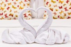 Deux en forme de coeur de cygnes faits à partir des serviettes Images stock