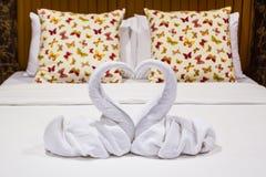 Deux en forme de coeur de cygnes faits à partir des serviettes Image stock