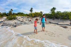 Deux enfants à la plage de l'île d'iguane Photos stock