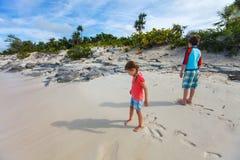 Deux enfants à la plage de l'île d'iguane Photographie stock libre de droits